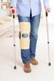 Hombre con la pierna en jaulas de la rodilla Foto de archivo