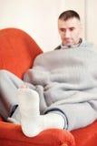 Hombre con la pierna quebrada Imágenes de archivo libres de regalías