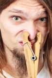 Hombre con la pinza en nariz Imagen de archivo
