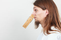 Hombre con la pinza en nariz Fotografía de archivo libre de regalías