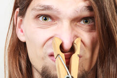Hombre con la pinza en nariz Fotografía de archivo