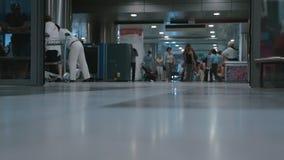 Hombre con la salida del equipaje de las puertas del aeropuerto de la abertura almacen de metraje de vídeo
