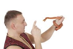 Hombre con la serpiente de rata roja de Tejas imagenes de archivo