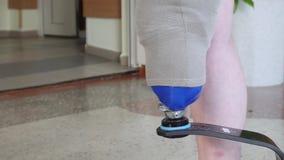 Hombre con la situación prostética de la pierna en el edificio almacen de video