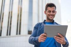 Hombre con la sonrisa de la tableta Foto de archivo libre de regalías