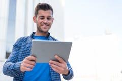 Hombre con la sonrisa de la tableta Imagenes de archivo