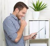 Hombre con la tableta Imagen de archivo libre de regalías