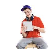 Hombre con la tableta de la PC Imagen de archivo libre de regalías