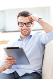 Hombre con la tableta digital Imagen de archivo