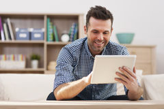 Hombre con la tableta digital foto de archivo