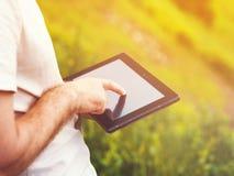 Hombre con la tableta digital al aire libre, cerca para arriba Foto de archivo