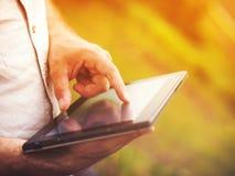 Hombre con la tableta digital al aire libre, cerca para arriba Imagen de archivo libre de regalías