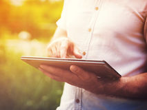 Hombre con la tableta digital al aire libre, cerca para arriba Imágenes de archivo libres de regalías