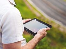 Hombre con la tableta digital al aire libre, cerca para arriba Imagen de archivo