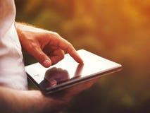 Hombre con la tableta digital al aire libre, cerca para arriba Fotos de archivo