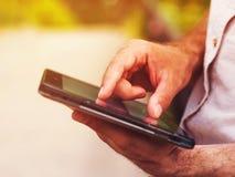 Hombre con la tableta digital al aire libre, cerca para arriba Fotos de archivo libres de regalías