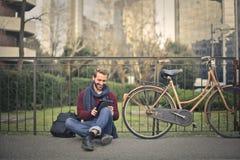 Hombre con la tablilla Fotografía de archivo