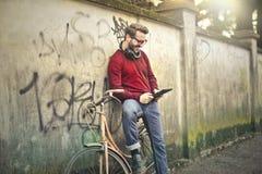 Hombre con la tablilla Imagenes de archivo