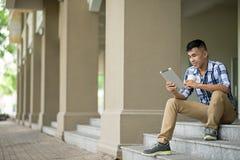 Hombre con la tablilla digital Fotografía de archivo