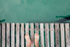 Hombre con la tarifa desnuda en un puente de madera Foto de archivo