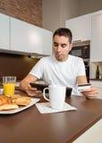 Hombre con la tarjeta de crédito de repaso de la tableta electrónica Imagen de archivo libre de regalías