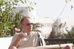 Hombre con la taza de café Foto de archivo libre de regalías