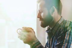 Hombre con la taza de café o de té de la mañana Imagen de archivo