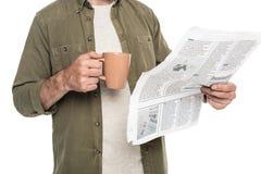 hombre con la taza de café y de periódico Fotos de archivo libres de regalías