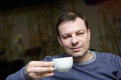 Hombre con la taza de té Imagen de archivo