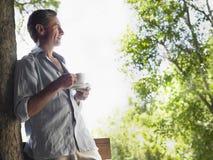 Hombre con la taza de té que disfruta de la visión Imágenes de archivo libres de regalías