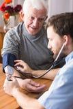 Hombre con la tensión arterial alta Imágenes de archivo libres de regalías