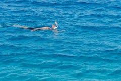 hombre con la tuba de la máscara del tubo respirador y tubo respirador en el mar El bucear, natación, vacaciones Contratan a los  foto de archivo libre de regalías
