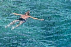 hombre con la tuba de la máscara del tubo respirador y tubo respirador en el mar El bucear, natación, vacaciones Contratan a los  fotografía de archivo