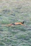 hombre con la tuba de la máscara del tubo respirador y tubo respirador en el mar El bucear, natación, vacaciones Contratan a los  imagen de archivo libre de regalías