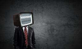 Hombre con la TV en vez de la cabeza Técnicas mixtas foto de archivo libre de regalías
