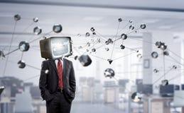 Hombre con la TV en vez de la cabeza Técnicas mixtas foto de archivo