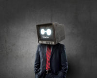 Hombre con la TV en vez de la cabeza Técnicas mixtas imagen de archivo libre de regalías