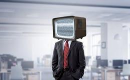 Hombre con la TV en vez de la cabeza Técnicas mixtas fotos de archivo libres de regalías