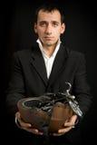 Hombre con las bicis del juguete en las manos Imagenes de archivo