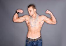 Hombre con las cadenas alrededor del cuello Imagen de archivo libre de regalías