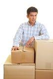 Hombre con las cajas de cartón Fotografía de archivo