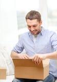 Hombre con las cajas de cartón en casa Fotografía de archivo libre de regalías