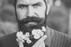 Hombre con las flores en barba Imagen de archivo libre de regalías
