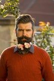 Hombre con las flores en barba Fotos de archivo
