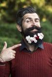 Hombre con las flores en barba Fotografía de archivo
