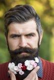 Hombre con las flores en barba Foto de archivo