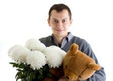 Hombre con las flores y el presente Imagen de archivo libre de regalías