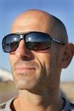 Hombre con las gafas de sol que disfruta de la vida al aire libre Imagen de archivo libre de regalías