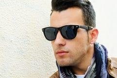 Hombre con las gafas de sol teñidas en fondo urbano Imagen de archivo libre de regalías