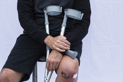 Hombre con las muletas Imagen de archivo libre de regalías
